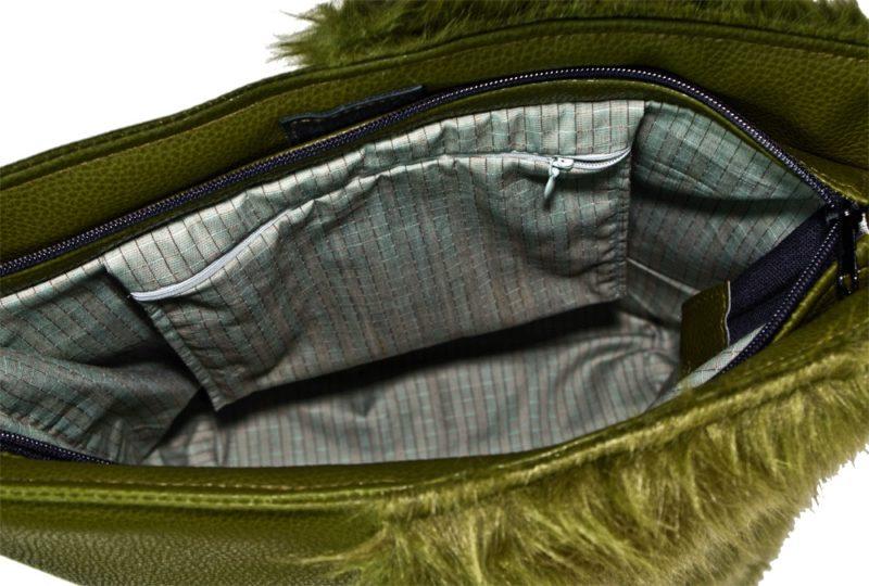 wnetrze oliwkowej torebki z futerkiem