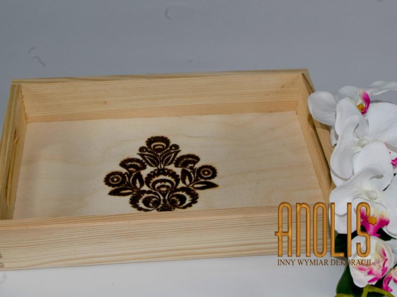 Drewniana taca w stylu łowickim